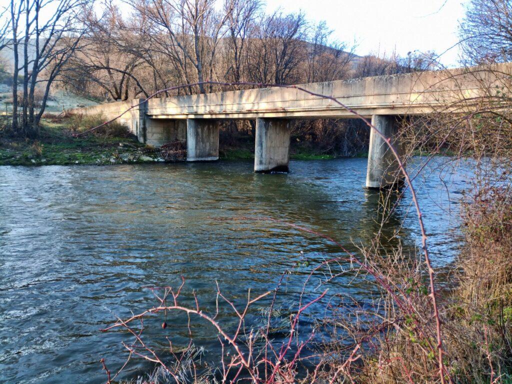 Circular embalse de pinilla - Puente por debajo de la presa